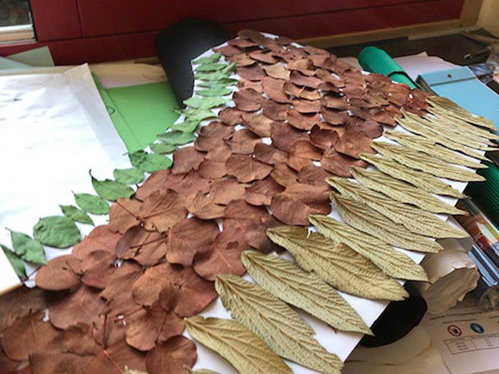 """RWB Essen - Projekt """"Abteilung Technik in einem Schaufenster"""" - Rock aus Blättern für die weibliche Figur, die für den Berufsbereich Agrar stehen soll."""