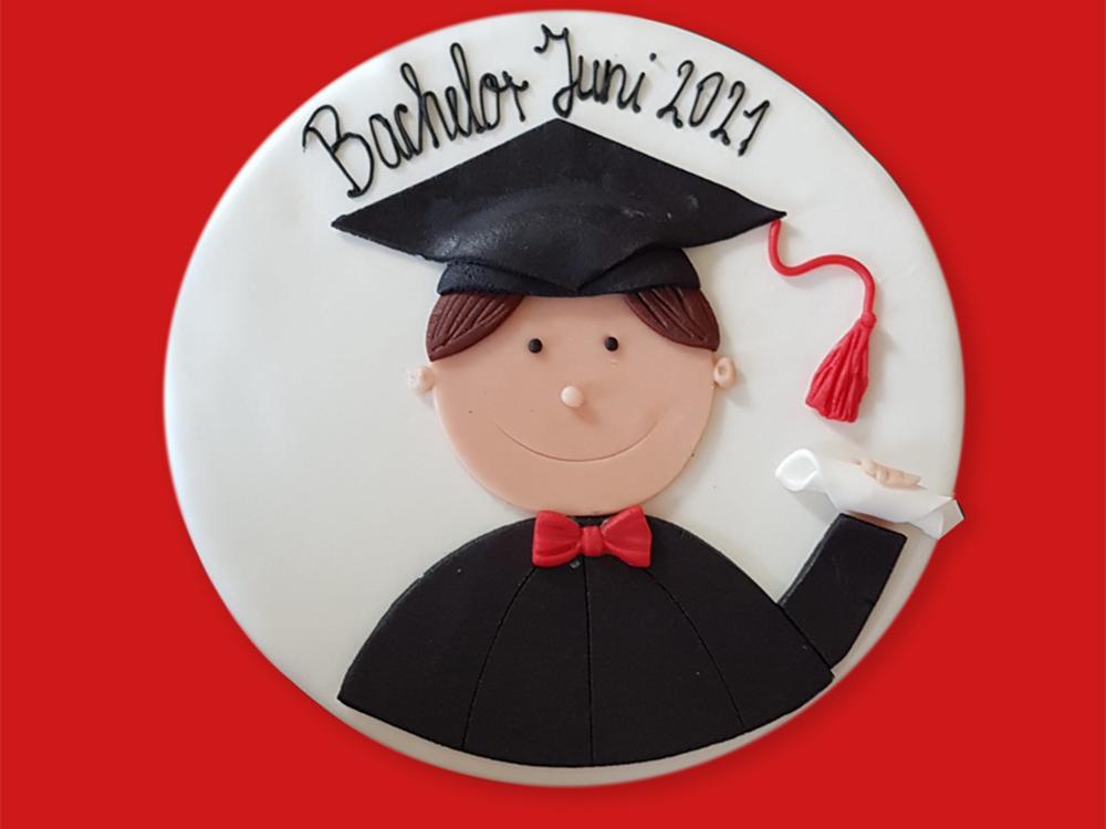 RWB Essen - Bachelor Professional in Wirtschaft -  Abschlussfeier 2021 - Eine Torte zum Bachelor-Abschluss von der Familie.