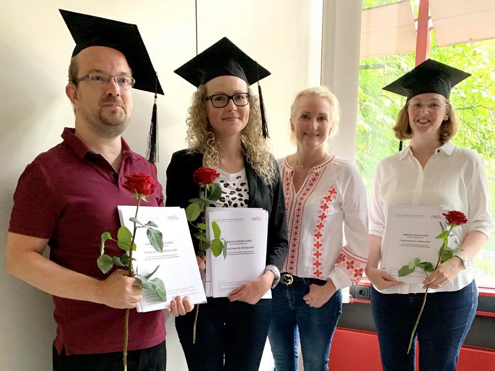RWB Essen - Bachelor Professional in Wirtschaft -  Abschlussfeier 2021 - Die Schulleiterin Frau Schneider freut sich über die hervorragenden Abschluss- und Examensnoten.