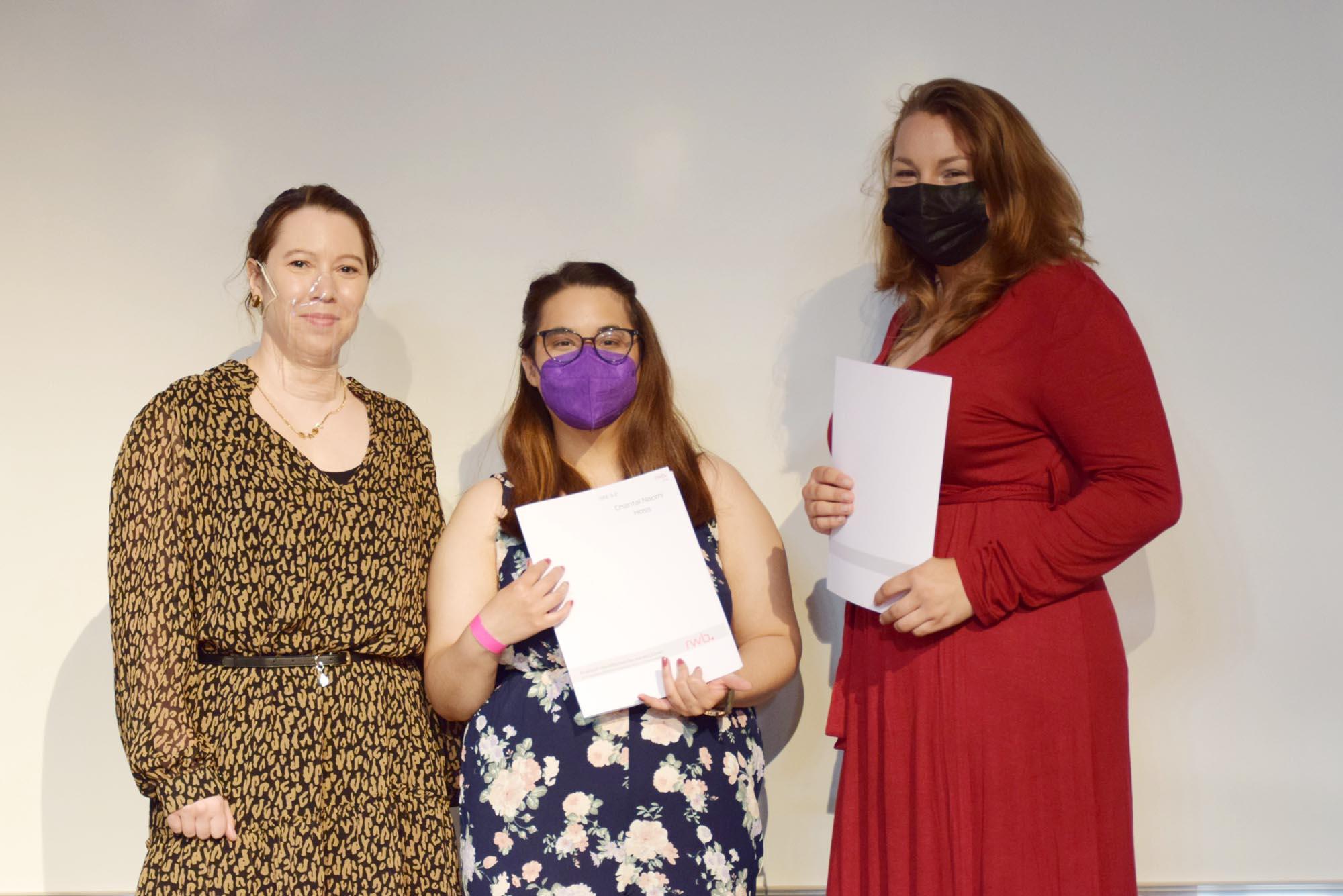 RWB Essen - Abiturfeier und Fachabiturfeier im Juni 2021 - Abitur-Abschlussklasse mit ihrer Klassenlehrerin