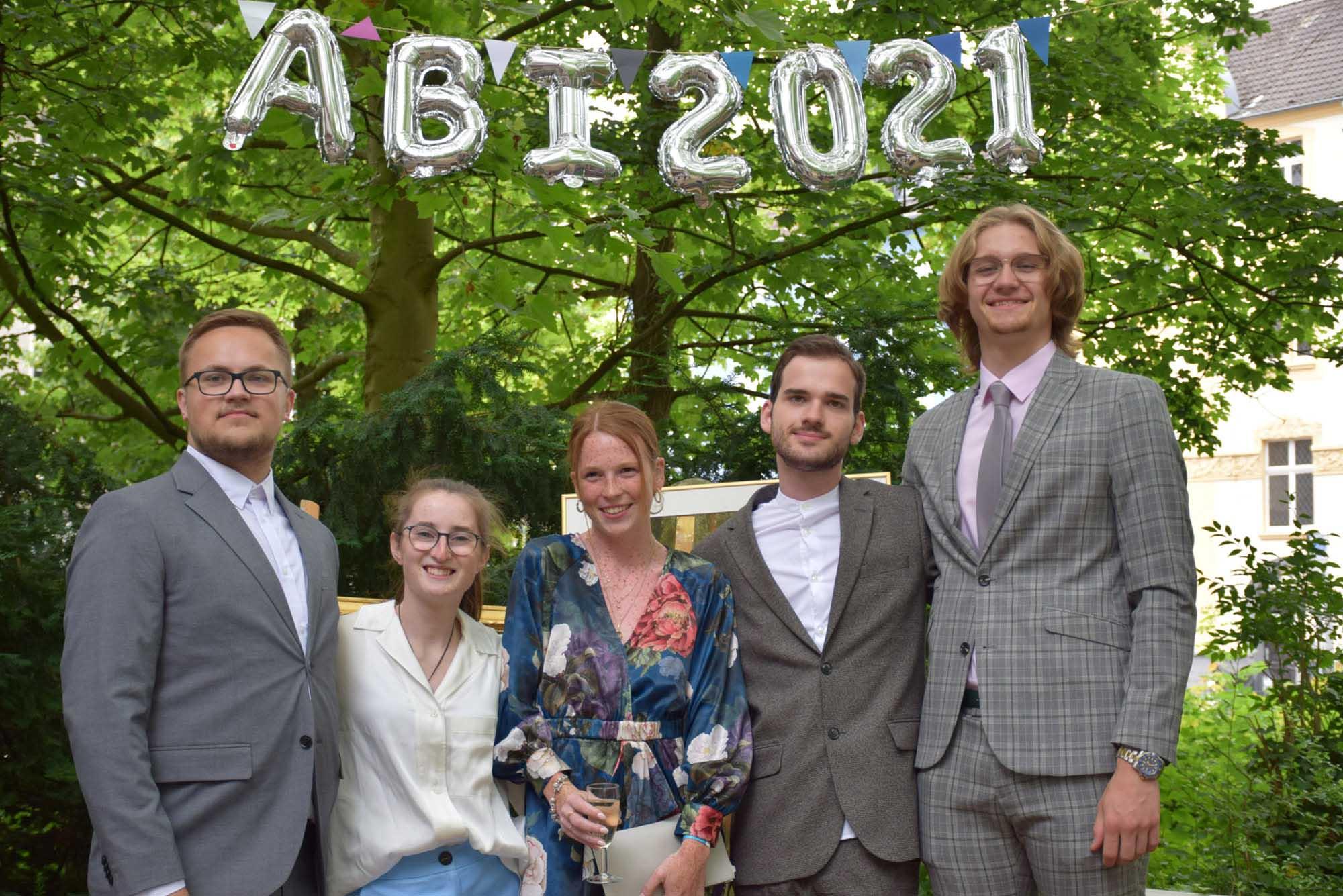 RWB Essen - Abiturfeier und Fachabiturfeier im Juni 2021 - Abschlussfeier auf dem Schulhof