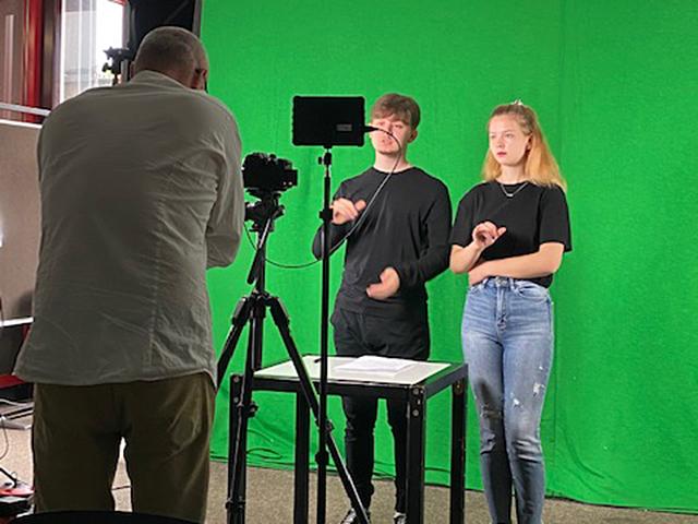 """RWB Essen - Proben und Aufnahmen für das Theater-Film-Projekt am RWB - Die Schülerinnen und Schüler interpretieren einen Ausschnitt des Theaterstücks """"Endspiel"""" von Samuel Beckett in Gebärdensprache."""